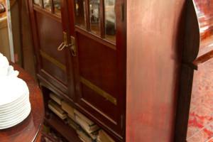 Jugendstil Mahagoni Vertiko mit geschliffenen Glasfenstern