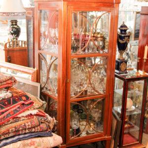 Biedermeier Vitrine, seitliche Verglasung, Mahagoni Bandintarsien, oben bekrönende Galerie