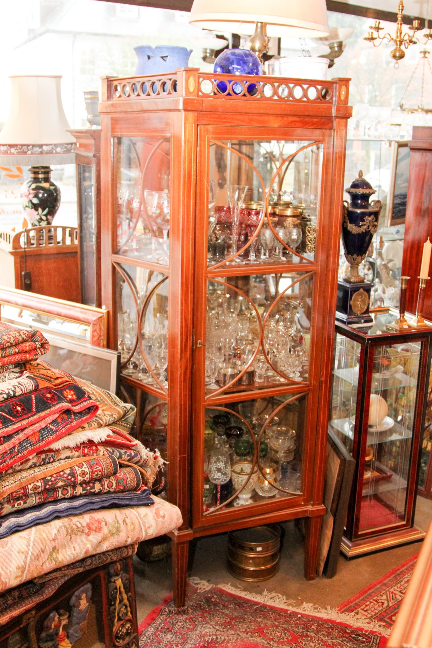 biedermeier vitrine seitliche verglasung mahagoni bandintarsien oben bekronende galerie