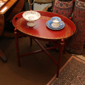 Tabletttisch / oval Metall Dunkelrot mit goldenem Blattwerk