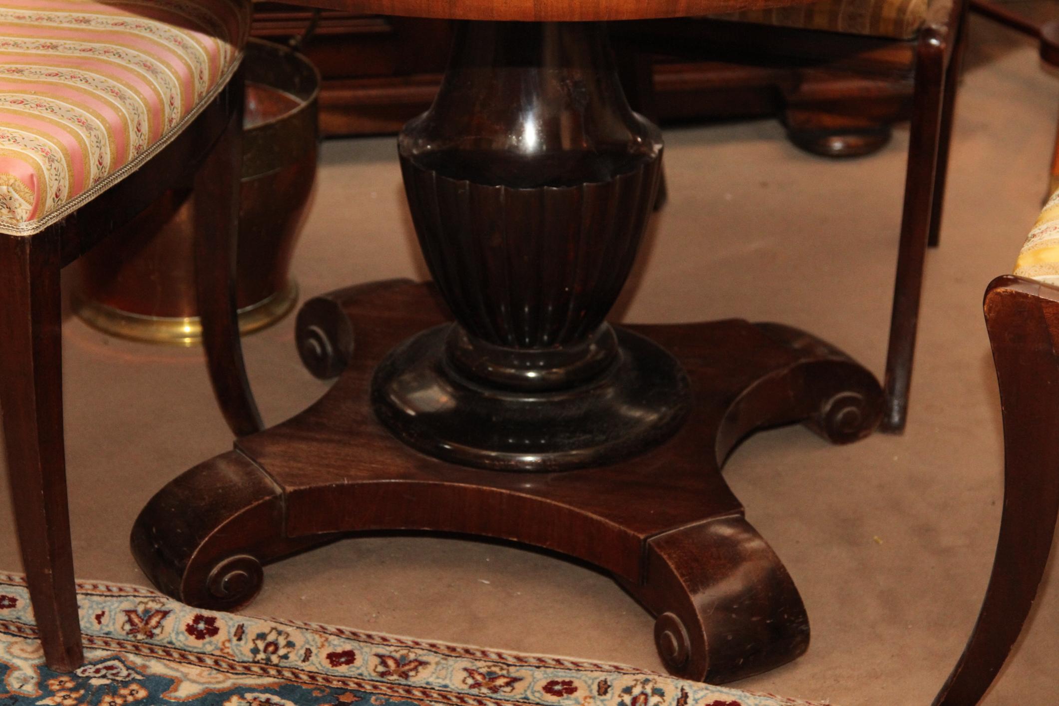 runder ausziehtisch helles nussbaum biedermeier mit. Black Bedroom Furniture Sets. Home Design Ideas